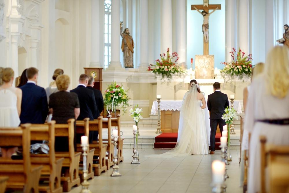 憧れのバージンロードを歩けるかも 教会で挙げる結婚式とは 元