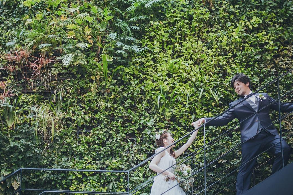 代々木ビレッジの緑の壁面で撮影する新郎新婦