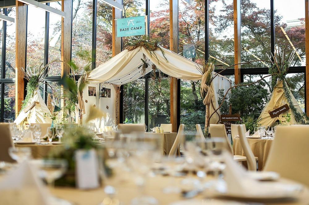 緑あふれるナチュラルな結婚式の装飾