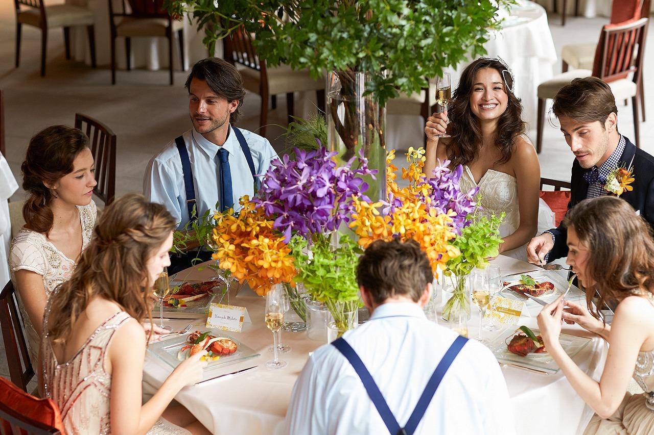 披露宴の食事風景