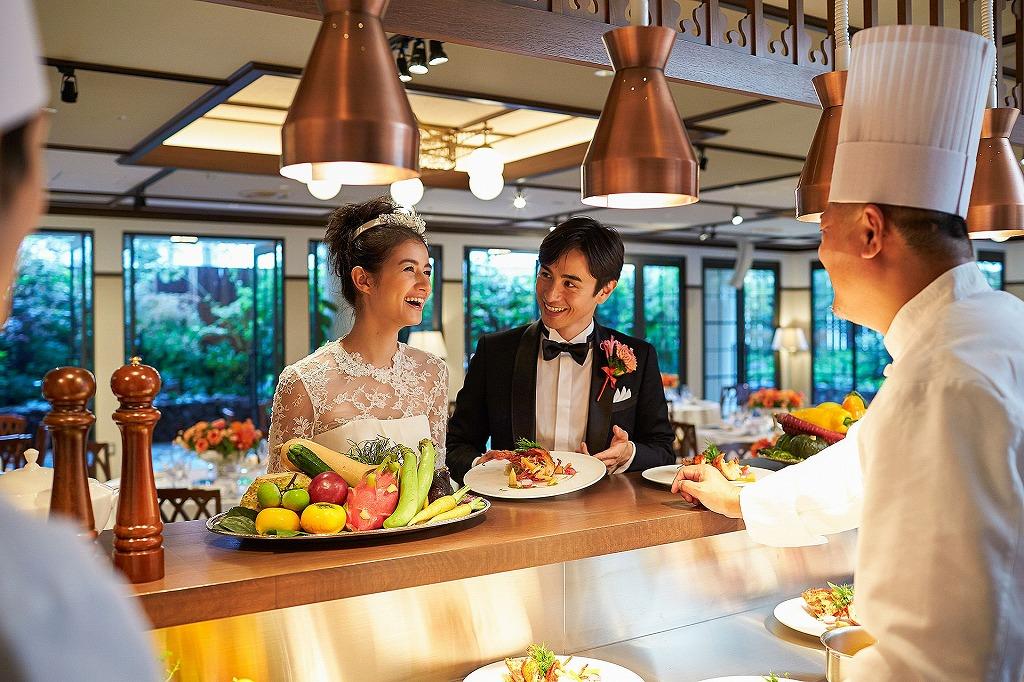 横浜迎賓館のオープンキッチンと新郎新婦