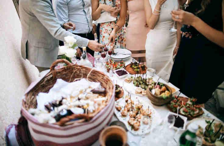 【プランナーが教える】結婚式の参列マナー11.基本を知れば印象大幅アップ!結婚式の立食パーティーマナー《Q&A付き》