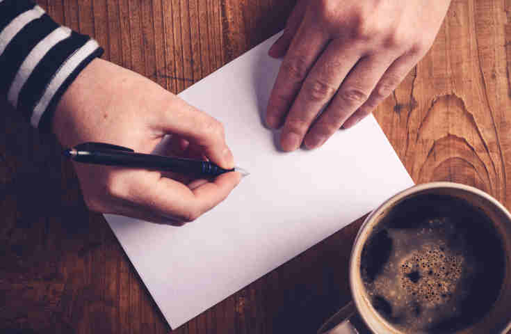 【プランナーが教える】結婚式の招待状返信マナー!そのまま使える出席欠席ごとのメッセージ例文も紹介《Q&A付き》